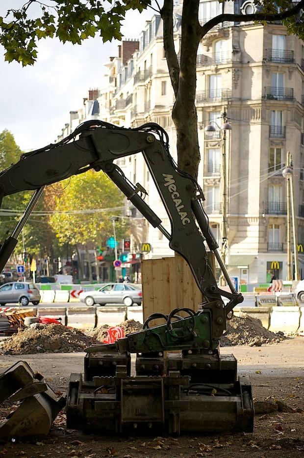 Octobre 2010 sur le boulevard Mortier à Paris. Machines au repos pendant la construction du tramway T3.